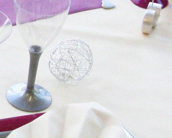 A côté des verres, voici aussi une boule en métal, de couleur argentée. Une touche de modernité pour votre décoration de table !