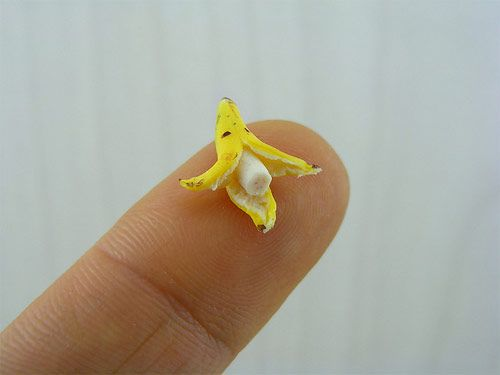 Miniature handmade sculptures from Israeli artist Shay AaronMiniatures Food, Tiny Things, Food Sculpture, Minis Dog Qu, Fingers Food, Minis Food, Minis Bananas, Food Art, Sands Sculpture