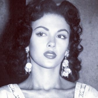 Rita Moreno...1st latina actress to make pavement for all the Latinas in Hollywood history <3