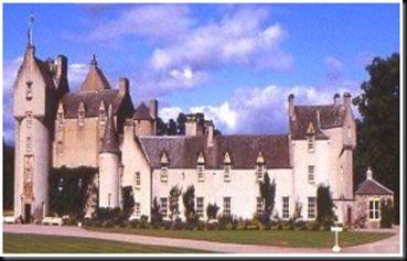 Castelo Ballindalloch        Este castelo é conhecido por várias aparições de fantasmas femininos, embora não haja registros de quem estas mulheres poderiam ter sido, mas uma suspeita é que tenham sido amantes rejeitadas, que ainda sofrem por seus amados.       Além disso, o fantasma de um certo General James Grant ocasionalmente aparece cavalgando um cavalo branco ao redor do castelo. O general está supostamente enterrado por ali e há alguma especulação sobre se o seu espírito exist
