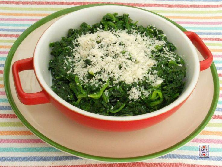 Gli spinaci al latte, molto semplici da preparare e in genere graditi anche ai bambini, sono il contorno perfetto per la carne ai ferri, le scaloppine, ecc.