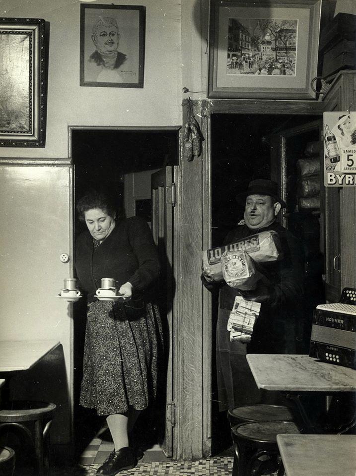 Un bistrot en janvier 1952. Photographie de Robert Doisneau.