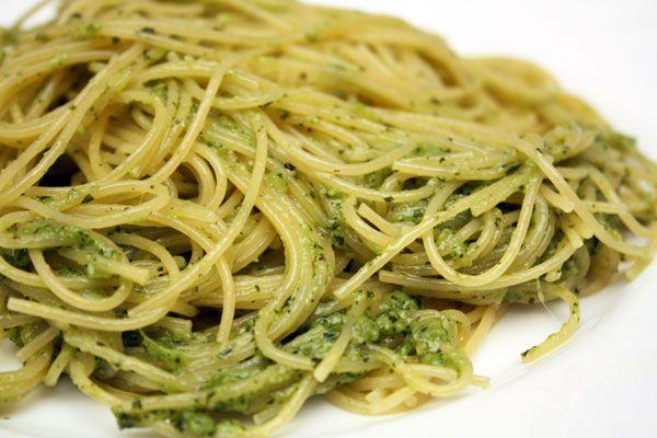 Песто — классический итальянский соус для спагетти. Есть много вариаций соуса, которые объединены, главным образом, способом приготовления, когда ароматные травы растираются с чесноком, сыром, орехами и оливковым маслом. Встречаются даже сладкие вариации соуса песто с мятой, миндалем и медом, но этот рецепт очень близок к классическому сочетанию ингредиентов. И эти ингредиенты сочетаются в соусе так органично, что перед ним невозможно устоять!