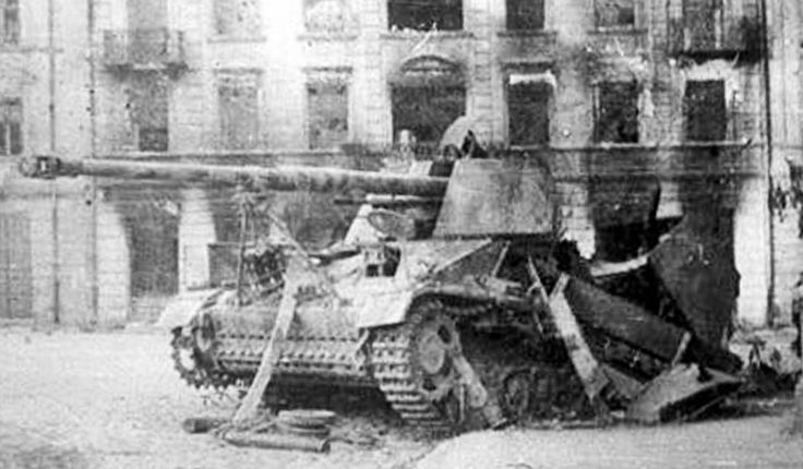 "Rok 1944, ul Bernardyńska. Rozbity niszczyciel czołgów Sd.Kfz.164 ""Nashorn"""