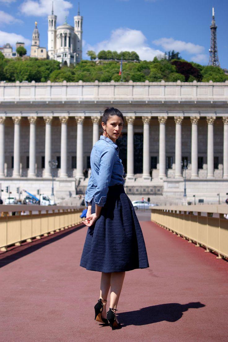 Joli mois de mai - Blog Mode en France Look de printemps: jupe midi sous le genou et chemise en jean escarpins Patricia Blanchet