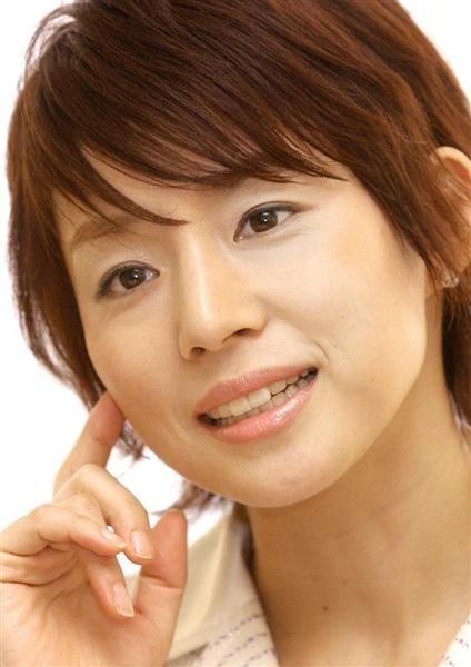 映画「解夏」でヒロインを演じることになり、インタビューに応えた石田ゆり子=平成16年1月