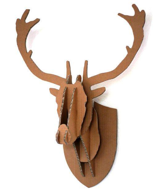 Una cabeza de ciervo para colgar en la pared. | 31 cosas que puedes hacer con una caja de cartón, lo cual hará volar las mentes de tus hijos.
