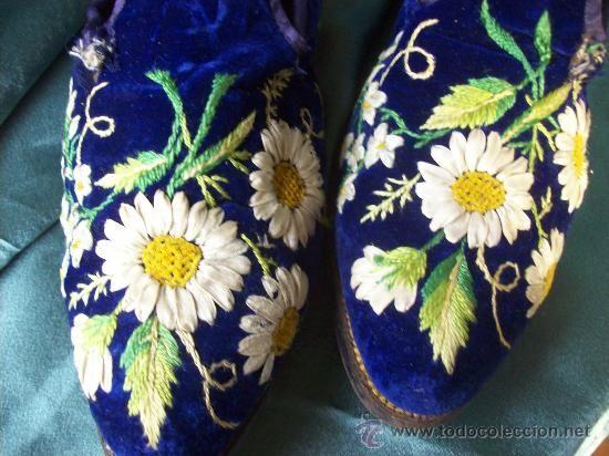 Zapatos franceses antiguos en terciopelo bordado,suelas de cuero