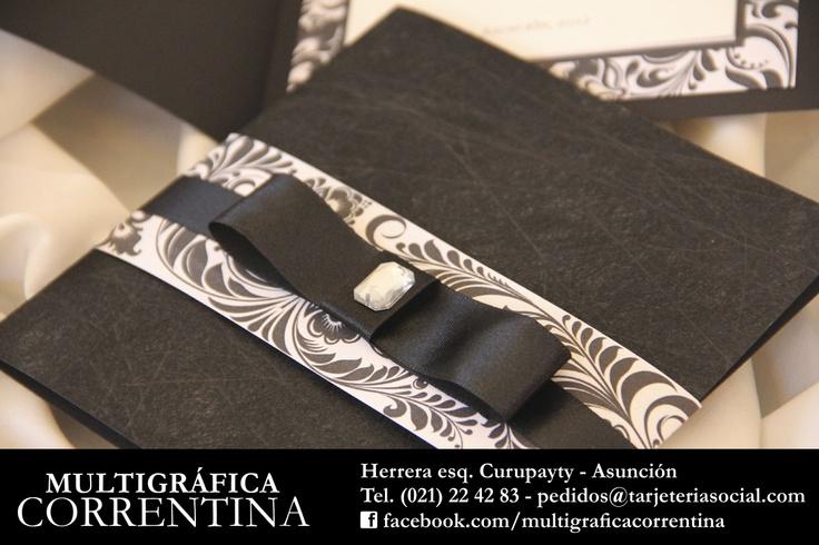 Diseño simple, elegante y sofisticado. Invitación en blanco y negro con sobre. Te esperamos en Multigráfica Correntina: Herrera esq. Curupayty - Tel. (021) 22-42-83.