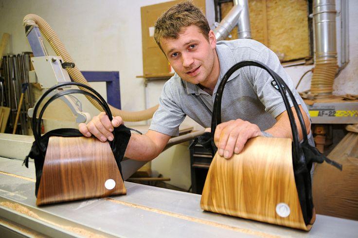 Vom ausgefallenen Geschenk zum Designlabel: Unter dem Namen Nussbag fertigt der gelernte Bau- und Möbeltischler Florian Nussbaumer Handtaschen aus edlen Hölzern.