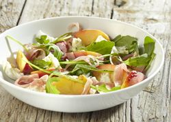 Perzikslaatje met mozzarella en gedroogde ham Recept » Colruyt Culinair