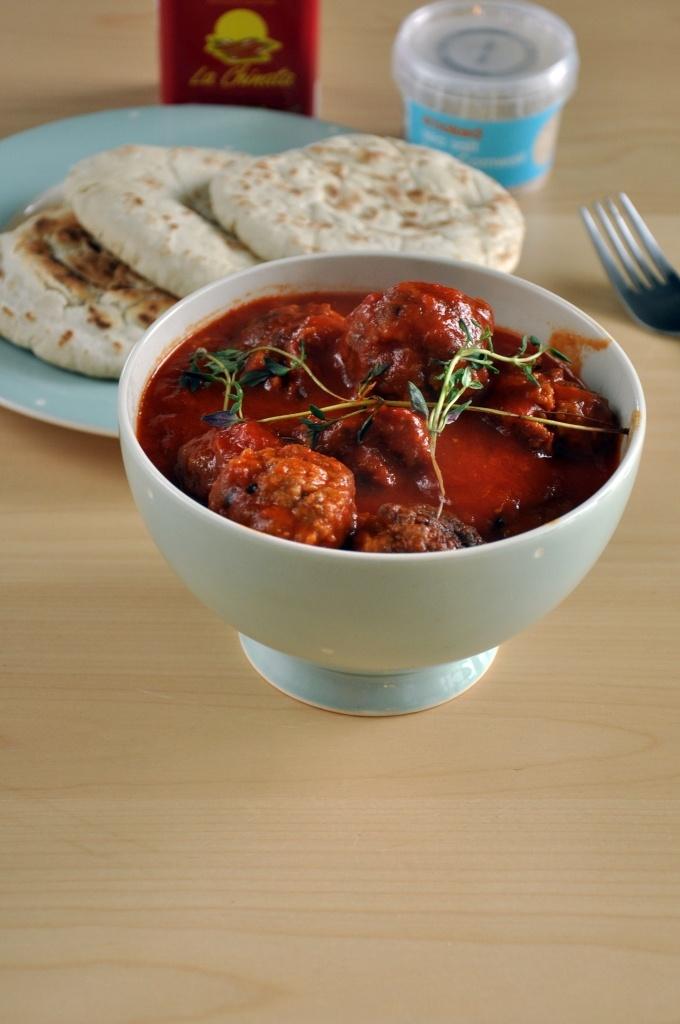 Lekko podwedzane klopsiki w sosie pomidorowym.