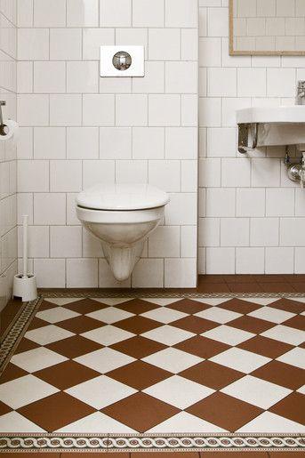 Modern toalett toppfixad i originalstil. Med klinkermönster, kakel i tegelförband och tidstypiska detaljer blir det här ett fräscht badrum med originalkänsla.