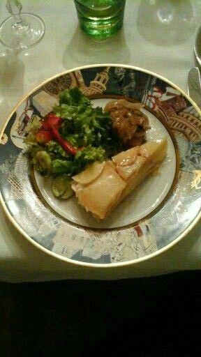 Μοσχαράκι με καραμελωμένα κρεμμύδια, τούρτα πατάτας και σαλάτα.