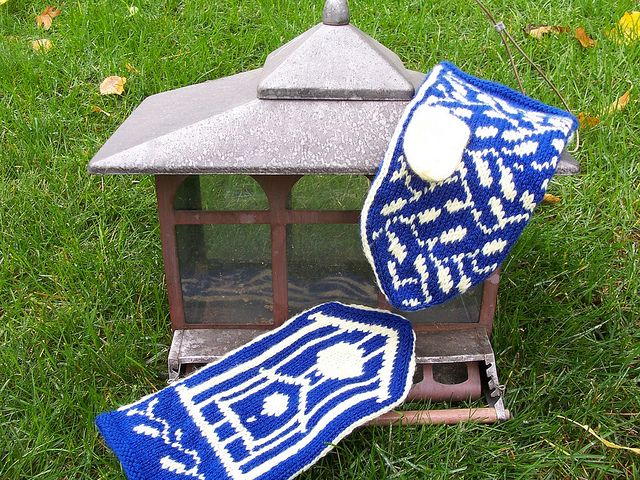 Birdhouse mittens.  Free knitting pattern!  http://www.ravelry.com/patterns/library/birdhouse-and-vines