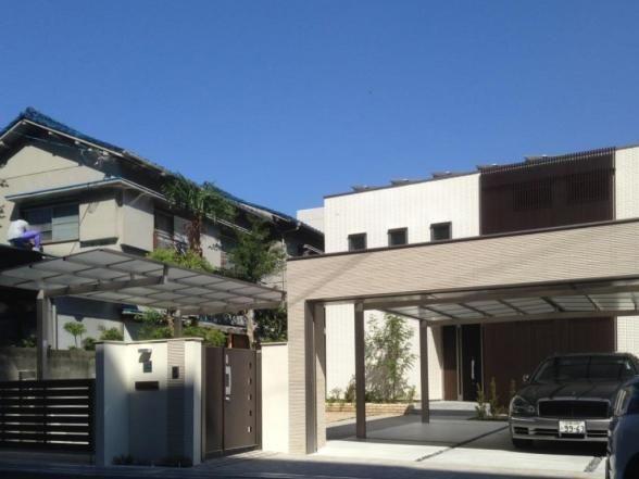 シャッターゲートとカーポート屋根を設置した、クローズプラン。防犯性がとても高いシャッターゲートです。 専門家:が手掛けた、シャッターゲートの車庫がある家外観(外観全景事例集)の詳細ページ。新築戸建、リフォーム、リノベーションの事例多数、SUVACO(スバコ)