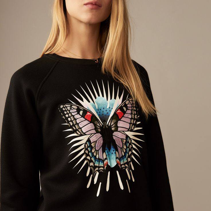 Sweat-shirt en molleton orné d'un papillon brodé. Encolure ronde et manches longues. Coupe droite. Fleece sweatshirt adorned with an embroidered butterfly. Round neckline and long sleeves. Straight cut. #maje #ss18 #spring #summer #new #collection #smcp