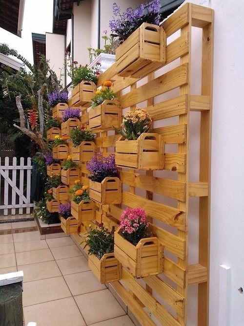 nossacasinha:  Jardim vertical feito com paletes e caixotes de feira. Não é difícil de fazer. Basta prender os paletes na parede e em seguida, os caixotes nos paletes. Use a criatividade para deixar o jardim vertical com a sua identidade.