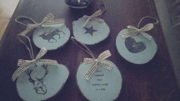 6,50 zł: Wykonam oryginalne ręcznie robione dekoracje świąteczne-  zawieszki bożonarodzeniowe, z plastrów drewna (tutaj olcha).   Grubość 1-1,5 cm.  Kolory dostępne to :białe, miętowe, groszkowa zieleń, pud...