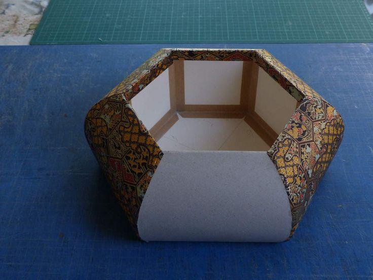 Deuxième couche habillée avec le papier japonais. Le papier est collé sur la carte goudron et un coté sur 2 comporte un rabat.