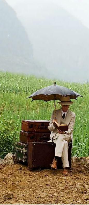 """Walter leyendo. Fotograma de la película """"El velo pintado"""". En #BibUpo https://athenea.upo.es/record=b1365001~S1*spi"""