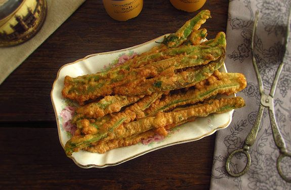 Peixinhos da horta are a great appetizer for a lunch, a typical Portuguese recipe of green beans coated in flour. Try, you'll love it...