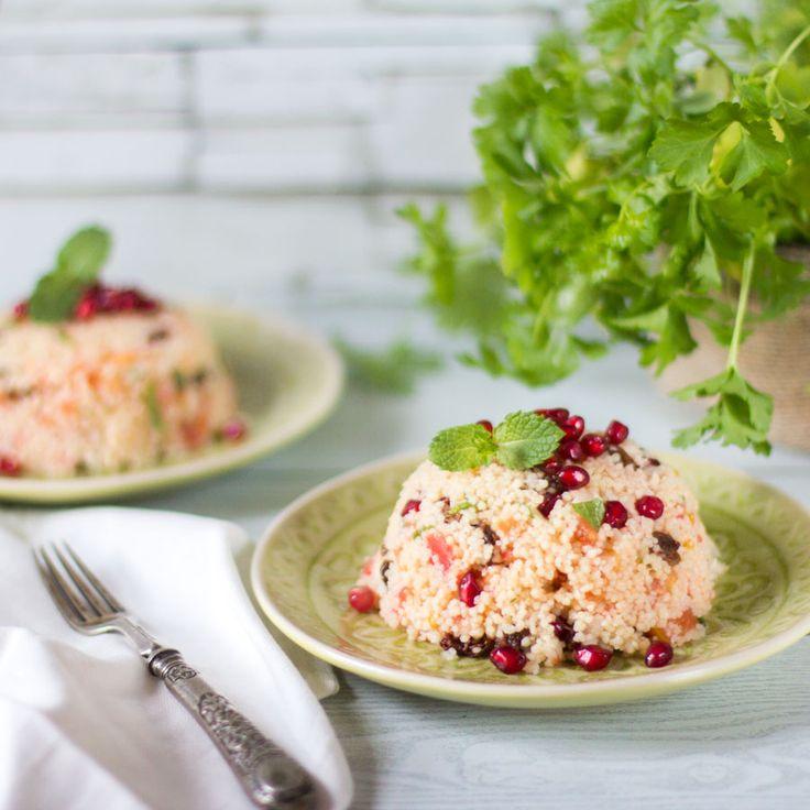 Cómo preparar ensalada de cuscús con pasas, tomate y granada. Receta libanesa con Thermomix. El cous cous, cuscús o llamado antiguamente alcuzcuz es un alimento que consiste en granos de sémola (harin