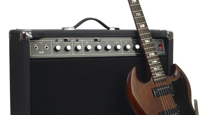 Cómo hacer un estuche para guitarra eléctrica. La infinita variedad de formas de las guitarras eléctricas de hoy han generado la necesidad de estuches que protejan cualquier instrumento de elementos y accidentes de todos los días. Aquí verás como hacer un estuche de tela que no sólo protege el instrumento sino que además es fácil de llevar.