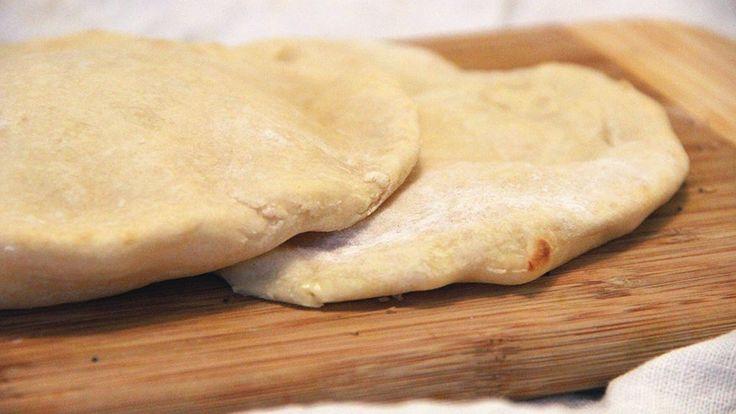 Aujourd'hui, je vous propose de réaliser la recette du fameux cheese naan, ce délicieux pain plat indien fourré au fromage cuit dans un four dans un four en argile appelé Tandoor. Bien sûr, comme j'imagine que vous n'avez pas de four Tandoor chez vous (sivous en avez un, envoyez-moi votre adresse, j'arrive), je vous rassure…