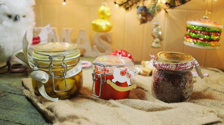 Nem múlhat el karácsony ehető ajándékok nélkül. Itt jön 3 nélkülözhetetlen ajándék olyan arcoknak, akik gyakran esznek jóféle húsokat: házi chiliszósz, egy elképesztően finom konfitált fokhagyma és vörösboros só. Kihagyhatatlanok a konyhából! Zé házi…
