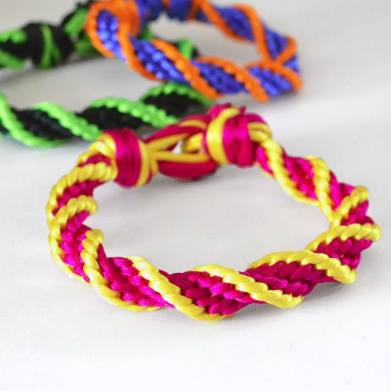 12 Strand Spiral bracelet- great Tutorial  - Looks Intricate but its easy! Fun for older kids!
