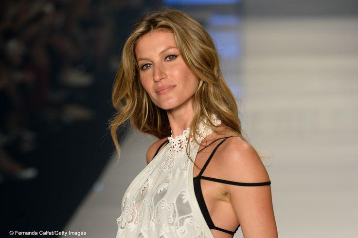 La top model Gisele Bündchen, commossa, dice addio alle passerelle. Guarda la gallery dell'ultima sfilata http://goo.gl/QTsUGf