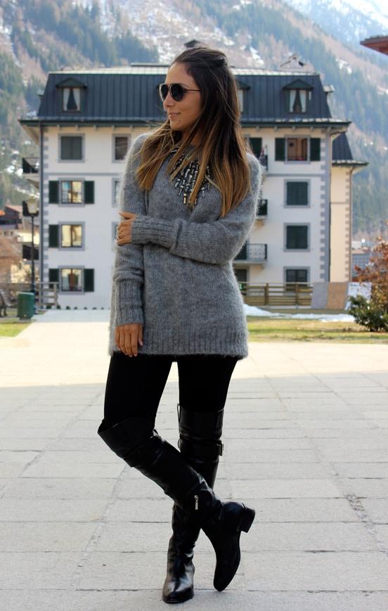 A bota integra com a calça dando continuidade, blusa de trico com o colar em harmonia.  O look preserva o conforto, mas tem uma pegada urbana.