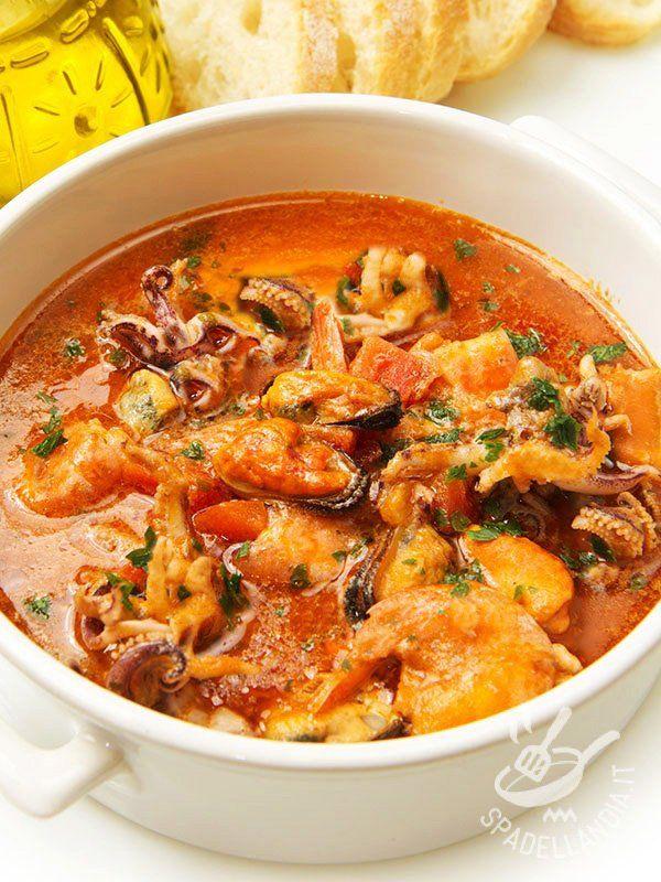 Mussel soup and octopus - La Zuppa di cozze polipetti e gamberetti è una ottima ricetta di mare se desiderate portare tutto il sapore del Mediterraneo a tavola. Gustosa e leggera! #zuppadicozza