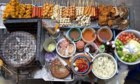 Bangkok a été élue 1ère ville pour le street-food. L'endroit avec le plus de diversités au niveau de la nourriture de rue. Soi 38 près de Sukhumvit Roas, Soi Rambuttri près de Khao San road sont des endroits privilégiés. La cuisine est partout dans le pays du sourire et encore plus dans la rue