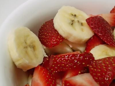 Bananas and berries are safe for a fructose-restricted diet.