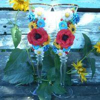 Бокалы для летней свадьбы с ромашками, маками, незабудками, васильками подсолнухами и ягодами кизила. Все цветы декора выполнены из полимерной глины.