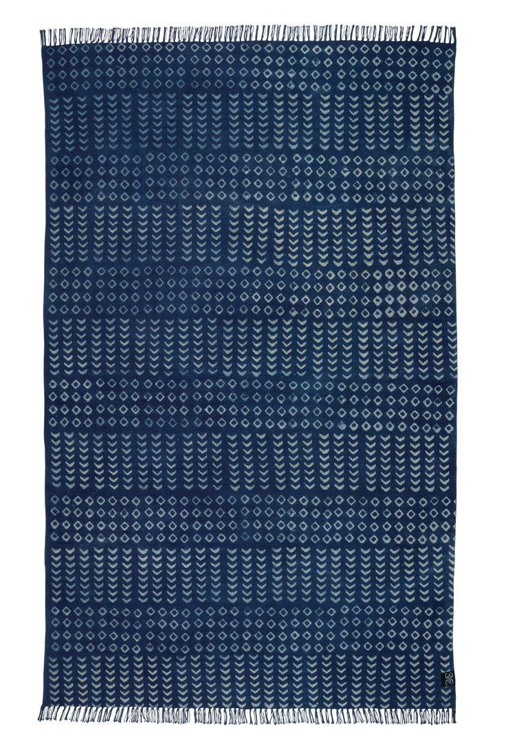 Mali är en växtfärgad bommulsmatta med blockprint tryck i färgen indigo. Woodblock printing är en teknik som används vid mönstertryck på textilier. Tekniken härstammar från Kina och är flera tusen år gammal. Mattan är växtfärgad och den torrfälla, mattunderlägg krävs. Mattan är handvävd av professionella indiska vävare, detta gör att alla mattor är helt unika och vissa små avvikelser i mönster, färg och storlek kan förekomma. Classic Collections bomul...
