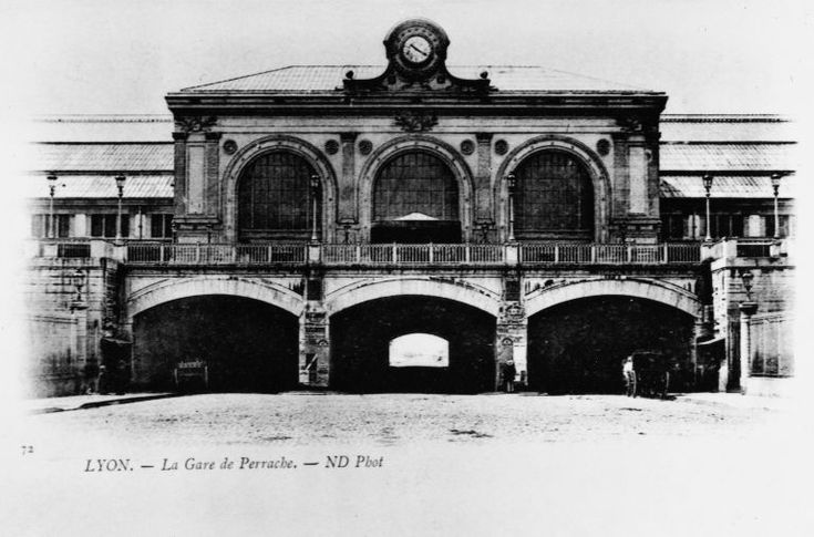 Gare de Perrache, Lyon 2.  Elévation antérieure du corps de bâtiment central et 'voûtes', carte postale, 1er quart XXe siècle