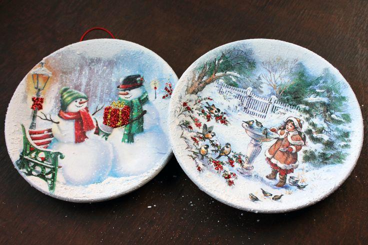 40 ημέρες για τα Χριστούγεννα και να μην έχω βάλει ούτε ένα χριστουγεννιάτικο decoupage,έπρεπε να επανορθώσω με δυο πιατάκια.Απλά χαρτοπετσέτα decoupage με snow paste γύρω γύρω στο πι…