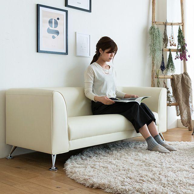 上質なPVCレザーを使用した、幅広タイプの2.5人掛けソファー「RETRO(レトロ)」。コの字型にデザインされた、コンパクトなシンプルソファーです。