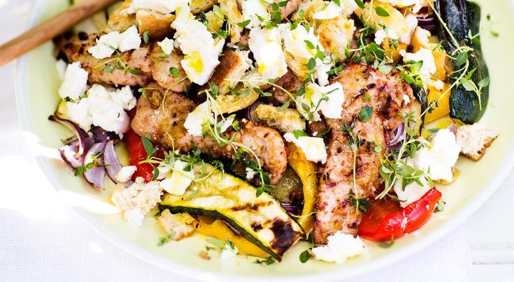 Recept på kycklingfiléer med valnötshonung, grillad grönsakssallad och chèvre. Grönsakerna kan också stekas i ugnen om det är ont om plats på grillgallret.
