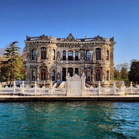 İstanbul'un Küçüksu semtinde, Göksu Deresi ile Küçüksu Deresi arasında yer alan kasır, Sultan Abdülmecit tarafından Nikoğos BALYAN'a yaptırılmış, inşaatı 1856 yılında tamamlanmıştır. Kasırlar, sadece hünkârların malı sayılan ve sarayların haricinde inşa edilen, köşkten büyük binalardır. Devamlı ikamet için kullanılmayan kasırlar, padişahların dinlenmeleri için vakit geçirdikleri yerdir. Küçüksu Kasrı da genelde günübirlik kullanılan ve av köşkü olarak tasarlanmış bir yapıdır.