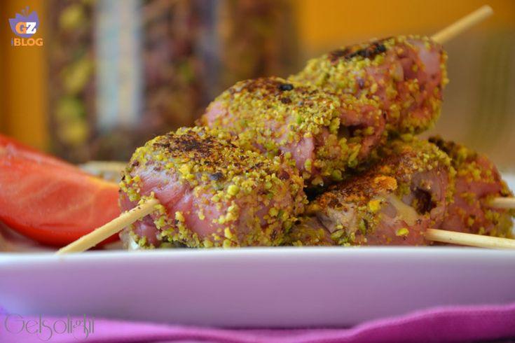 Messicani con granella di pistacchio, ottimi involtini di fesa di vitello ripieni di formaggio e disposti a spiedino, con granella di pistacchi siciliani.