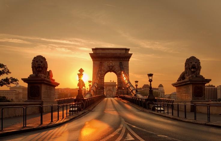#Hongrie #Budapest . Pont à chaines . Construit en 1848, Le Pont Szechenyi est plus connu comme le Pont des Chaînes. Il fût longtemps un des plus grands ponts suspendus édifiés au XIXe siècle en Europe. Les chaînes, qui à sa construction constituaient les suspentes, lui ont donné son nom actuel. http://vp.etr.im/4f77