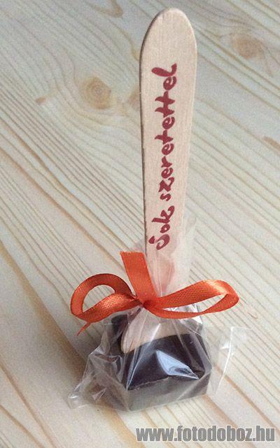 Forró csokis kanalak fából, chilis csokival. Akár minden darabon más szöveg, felirat, logó is lehet.