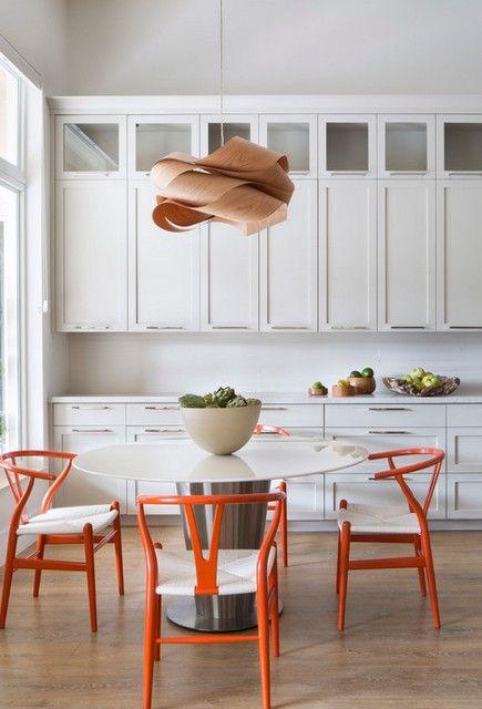 белый интерьер с оранжевыми акцентами