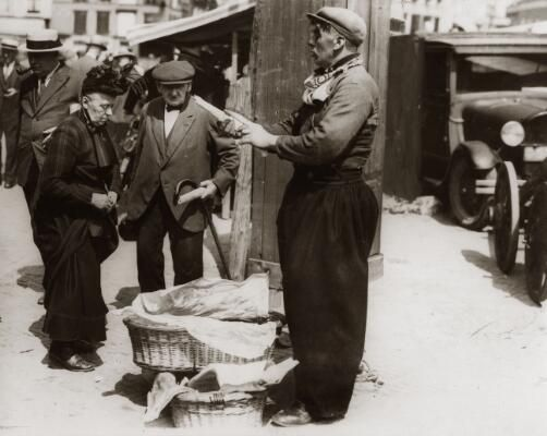 visverkoper met bokking neude utrecht 1931