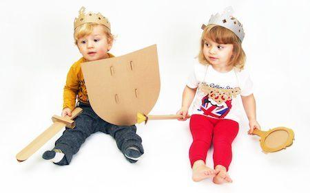 Przebieranki to tekturowe akcesoria niezbędne każdej małej księżniczce i dzielnemu rycerzowi. Zestaw zawiera płaskie wykroje do samodzielnego złożenia i ozdobienia. Zabawka ćwiczy sprawność manualną dziecka , zachęca do kreacji, uczy precyzji.