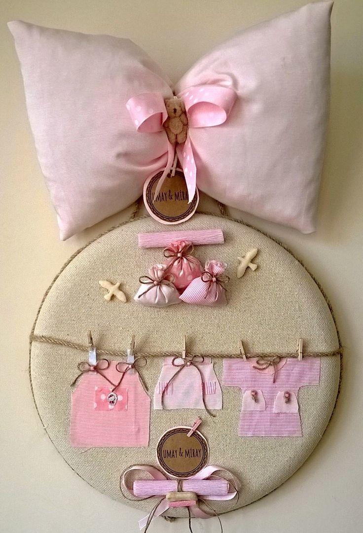 Bebek giysili kapı süsü; el yapımı, özel tasarım kapı süsümüz, bebeğinizin her türlü özel gününe renk katmak için tasarlandı.
